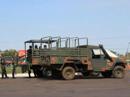 PRF e Exército acompanham saída de caminhoneiros de pontos de protesto