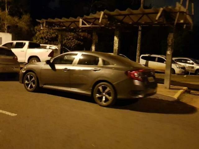 Honda Civic foi estacionado em frente a ponto de ônibus na principal avenida do Parque dos Poderes. (Foto: Direto das Ruas)