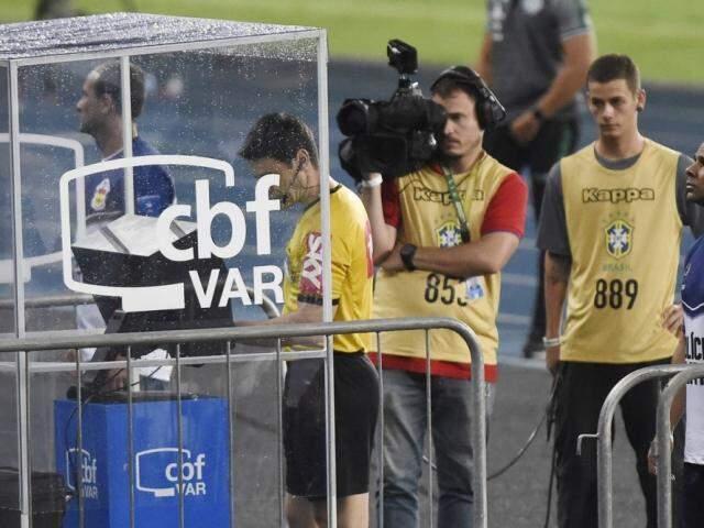 Árbitro consultando o VAR durante partida de futebol. (Foto: André Durão/GloboEsporte.com)
