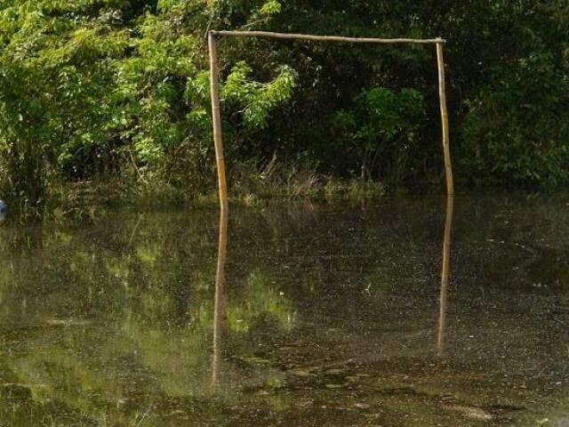 Campo de futebol tomado pela água durante cheia na comunidade da Barra do São Lourenço. (Foto: Iasmim Amiden/ Ecoa)