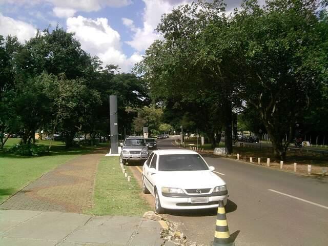 Leitor registra estacionamento irregular em frente ao TJ/MS. (Foto: Carlos Alberto G. de Almeida)