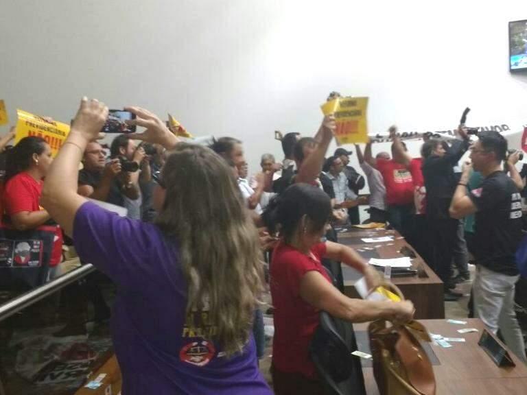 Protesto no plenário (Foto: Leonardo Rocha)
