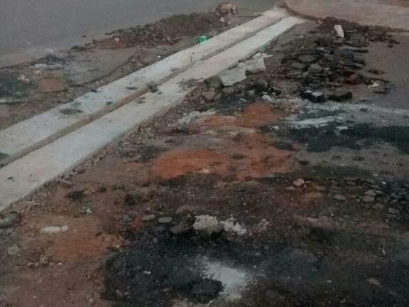O asfalto no local está destruído. (Foto: Direto das Ruas)