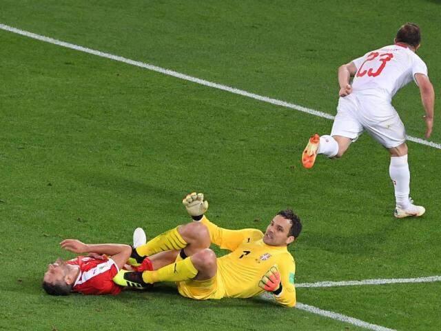 Shakiri marca e comemora gol da vitória da Suíça sobre a Sérvia (Foto: Patrick Hertzog/AFP)