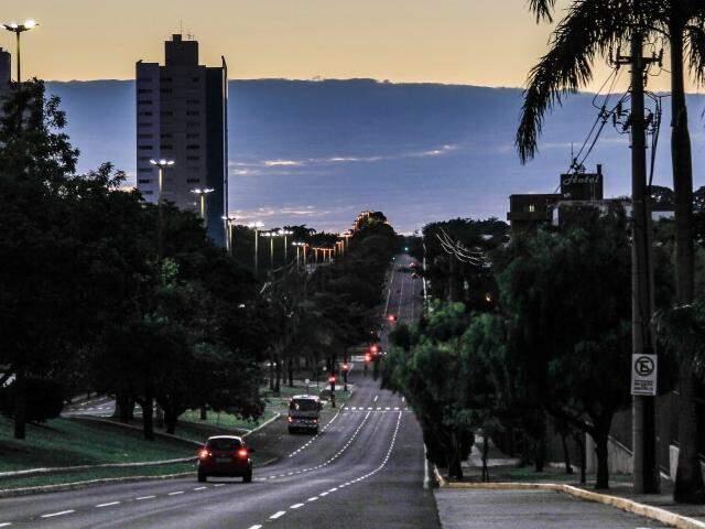 Manhã de feriado na Avenida Afonso Pena, uma das mais movimentadas de Campo Grande (Foto: Marina Pacheco)