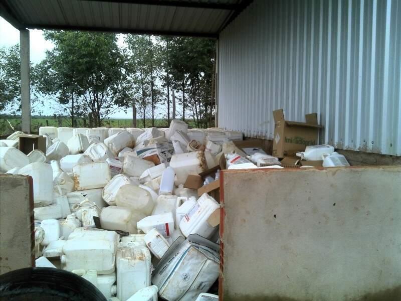 Embalagens de agrotóxico descartadas irregularmente. (Foto: PMA)