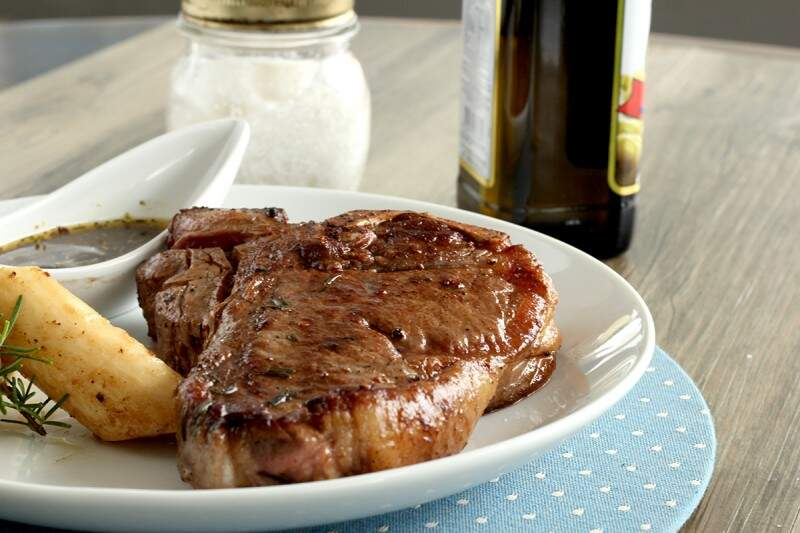 T-bone steak com palmito assado e chimichurri.