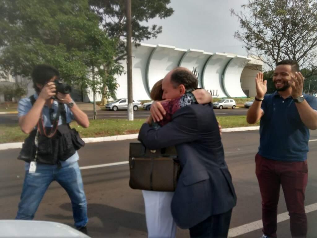 Mochi abraça Tânia Garib na chegada do MDB, para o anúncio da candidatura. (Liniker Ribeiro)