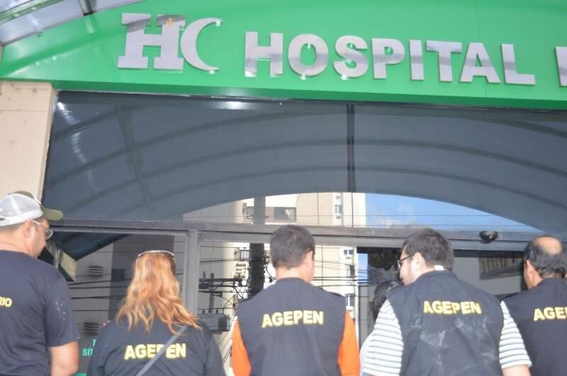 Agentes penitenciários em frente ao hospital onde cinco servidores estão internados. (Foto: Thiago de Souza)