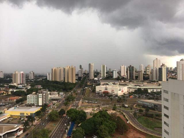 Em poucos minutos, céu da Capital foi tomado por nuvens. (Foto: Adriano Fernandes)