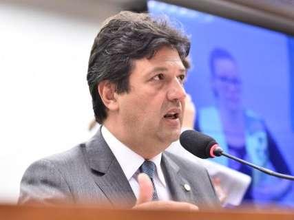 Bolsonaro diz ser contra, mas Mandetta vai insistir em certificação de médicos