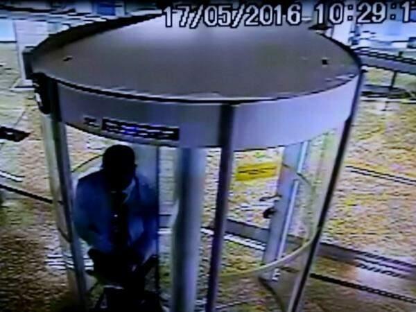 Filmagens do circuito interno do Banco do Brasil mostram momento em que bandidos invadiram local (Foto: Reprodução)