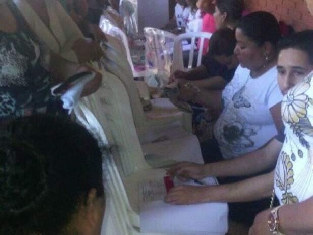 Cadeiras foram usadas como mesas para registro de votos. (Foto: Cândido Figueirdo/ABC Color)