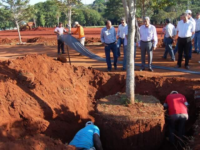 Governador acompanha remoção de árvores e diz que obras do aquário devem durar 27 meses. (Foto: Simão Nogueira)