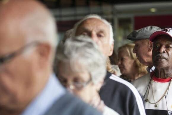 Idosos em fila (Foto: Agência Brasil)