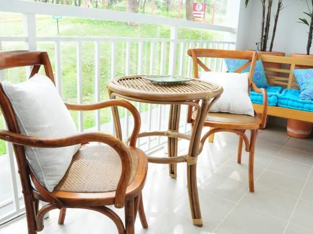 Os móveis da varanda são de madeira.