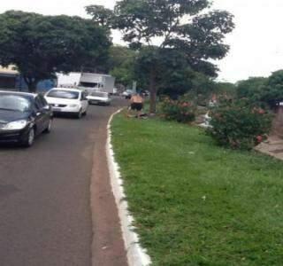 Homem não se intimidou com a presença de vários motoristas ao lado do córrego (Foto: Repórter News)