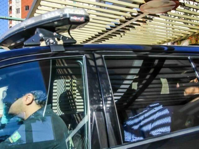 Puccinelli (atrás) na viatura da Polícia Federal. (Foto: André Bittar).