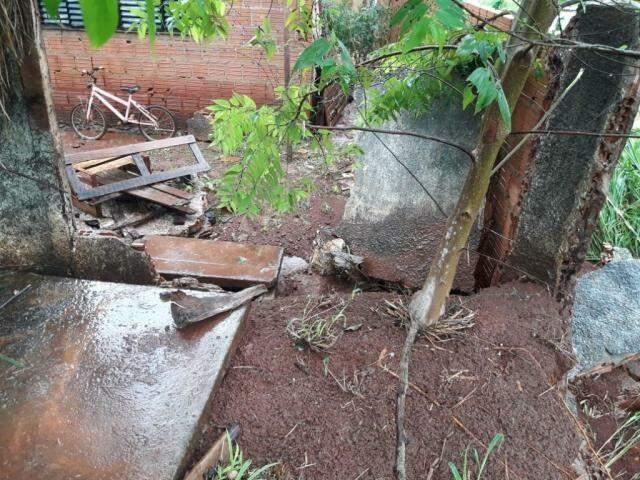 Imóvel na Vila Romana teve muro danificado pela pressão da água da chuva (Foto: Divulgação/Defesa Civil)