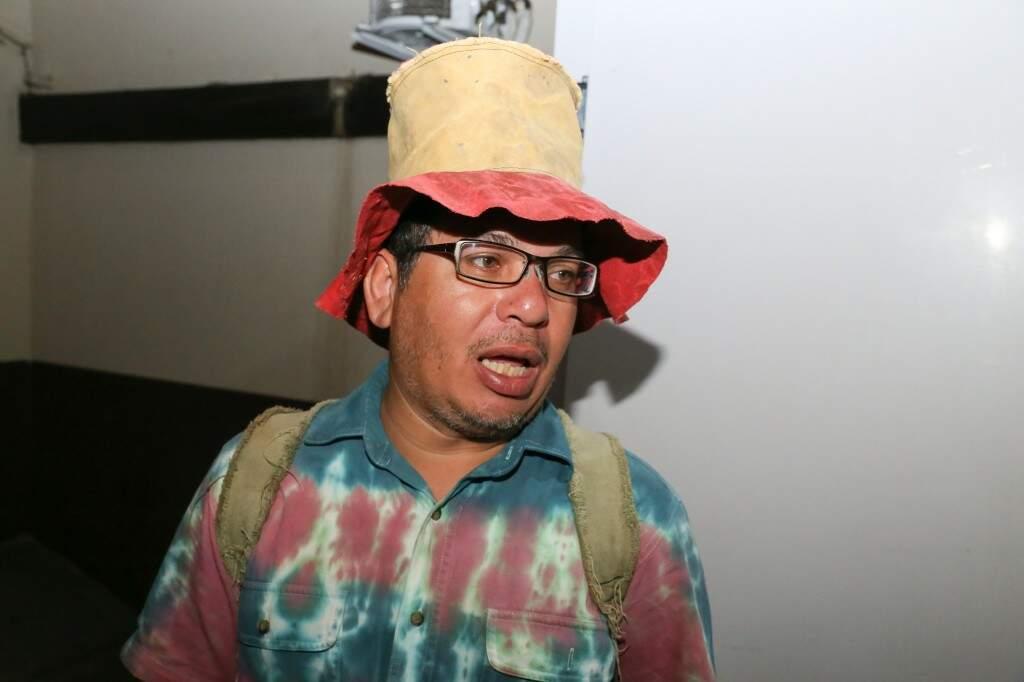 Artesão Clayton Ambrósio que trabalha com lona reutilizável de malote há 12 anos, também expôs sua arte. (Foto: Paulo Francis)