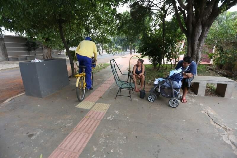 """Do lado """"vantagem"""" da calçada, carteiro Valdeci é quem mais chega próximo da resposta. (Foto: Marcelo Victor)"""