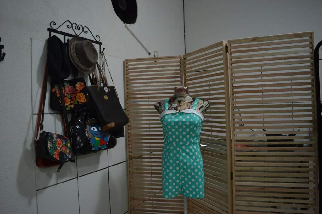 Mais um modelo novo de macaquinho, e as bolsas vendidas a partir de R$ 5,00 a esquerda. (foto: Thaís Pimenta)