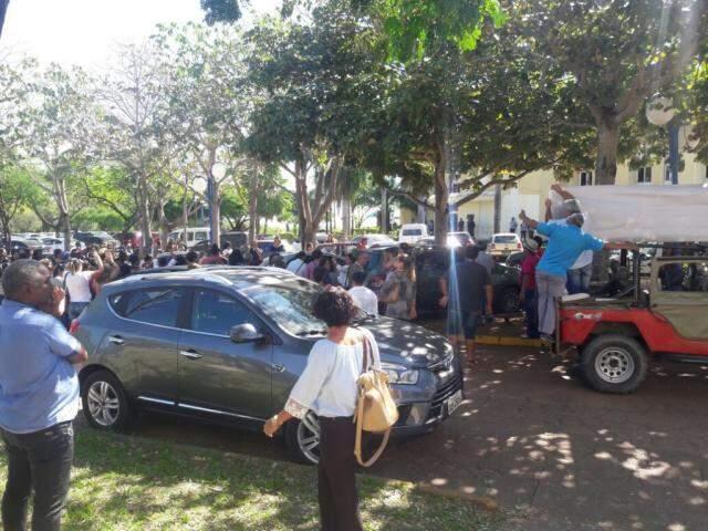 Servidores se concentraram em frente ao Paço Municipal em protesto por reajuste. (Foto: Direto das Ruas)