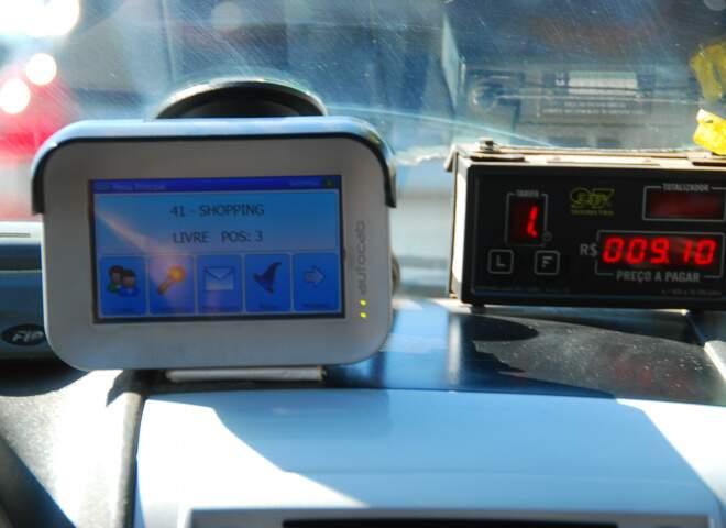 Computador de bordo onde o taxista recebe as informações sobre a corrida. (Foto: Rodrigo Pazinato)