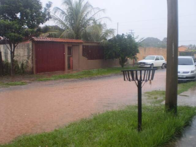 Rua 104 no bairro Nova Campo Grande desaparece debaixo de enxurrada (Foto: Alex Fernandes)