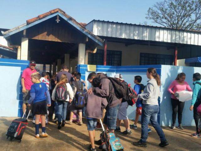 Alunos chegam mais tarde para aulas do período matutino em escola municipal de Dourados (Foto: Direto das Ruas)