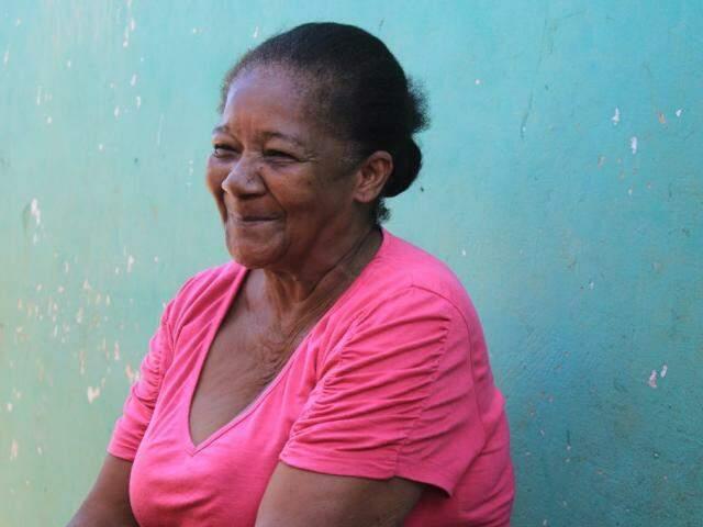 """""""Tia"""" da creche e merendeira da escola municipal do José Abrão, ela é sem dúvida pessoa querida na região. (Foto: Marina Pacheco)"""