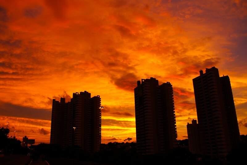 Céu em chamas: Campo Grande teve sensação de calor de 38ºC. (Foto: Marcos Ermínio)