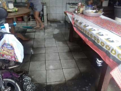 Família é surpreendida por esgoto dentro de casa durante chuva