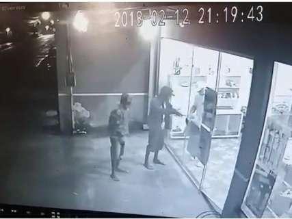 'Impotência', resume comerciante que investiu em segurança e foi assaltada