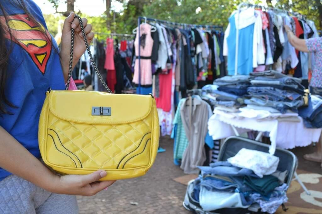 A bolsa amarela foi o achado favorito de Alessandra duranta a feira de brechos (Foto: Kimberly Teodoro)