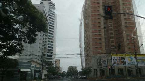 Frente fria chega a Campo Grande com chuva e vento