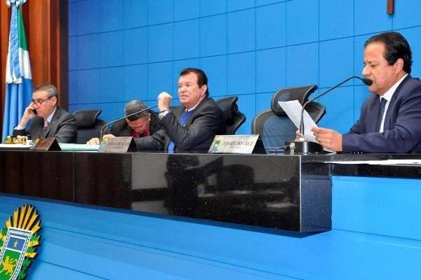 Deputados Paulo Corrêa (PSDB), Maurício Picarelli (PSDB), autor do projeto e Amarildo Cruz (PT), durante sessão (Foto: Luciana Nassar/ALMS)