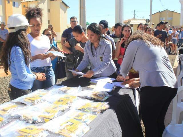 Moradores do Residencial Itajobi I e II, em Campo Grande, recebendo as chaves dos apartamentos (Foto: Marina Pacheco)