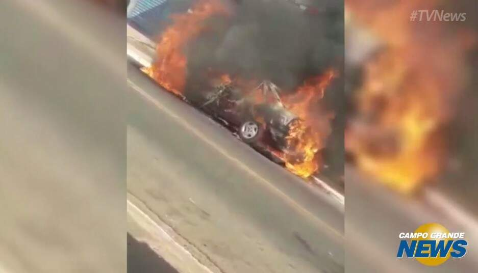 Carro é completamente consumido pelas chamas em rua na região das Moreninhas. (Foto: Reprodução)