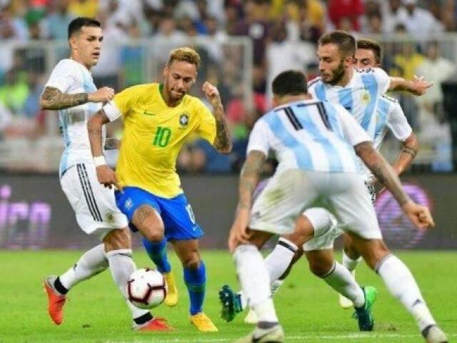 Neymar tenta passar por quatro adversários no clássico (Foto: Divulgação)
