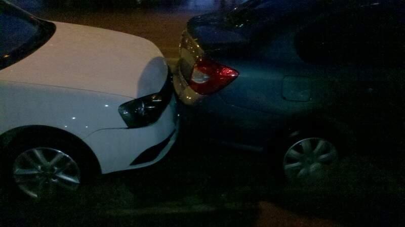Motoristas tiveram que lidar com o transtorno nos trechos alagados (Foto: Carlos Henrique)
