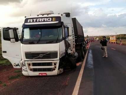 Colisão entre carro de passeio e carreta termina em morte na BR-163