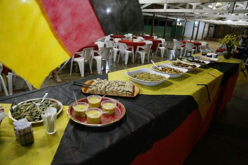Mesa com alguns quitutes que serão servidos no dia da festa