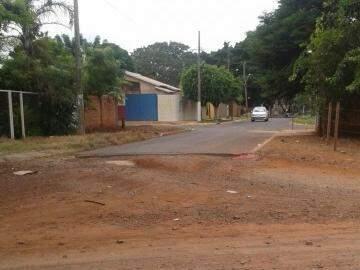 Parte da rua é asfaltada.(Foto:Direto das Ruas)