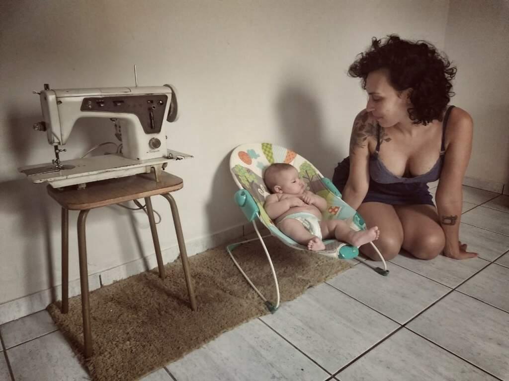 Renata Dias olhando para a filha Aiyra de cinco meses  (Foto: Arquivo pessoal)