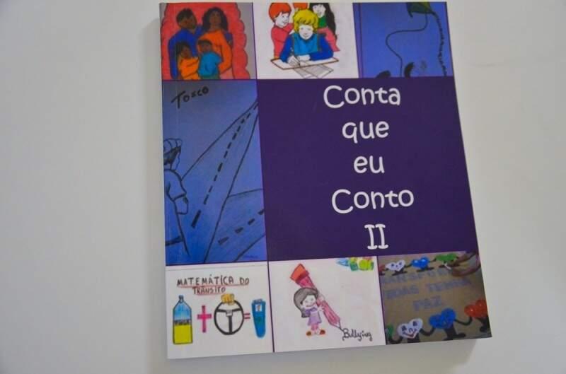 """O livro """"Conta que eu Conto"""", em sua 2ª edição, reúne histórias reais dos internos escolhidas pelos professoers e próprios alunos(Foto: Vanderlei Aparecido)"""