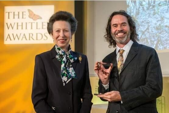 Pesquisador Arnaud Desbiez recebeu troféu das mãos da princesa Anne.  (Foto: Divulgação)