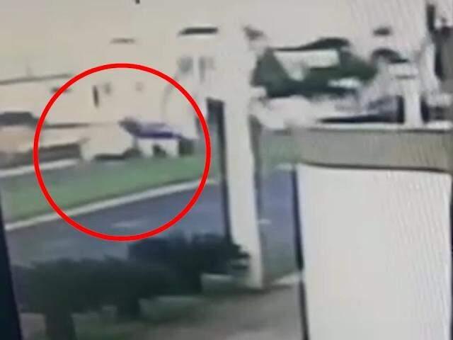 Vídeo mostra carros emparelhados, na região onde o crime aconteceu em plena luz do dia ficou repleta de curiosos. (Foto: Saul Schramm)