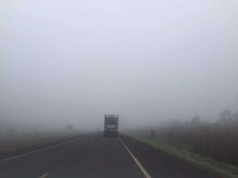 O nevoeiro chegou a comprometer a visibilidade de quem transitava na rodovia nesta manhã. (Foto: Direto das Ruas)