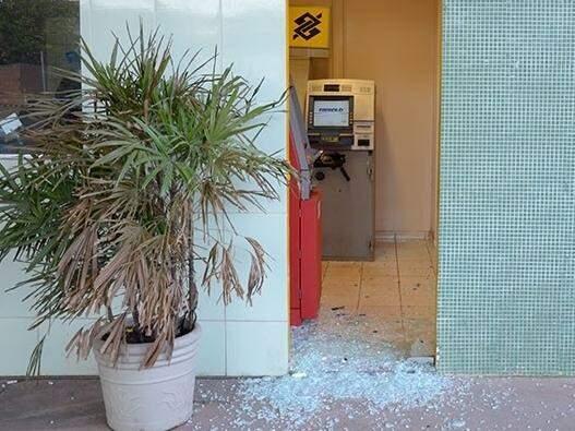 Apenas aparelho do Banco do Brasil foi parcialmente destruído. Bandidos fugiram sem levar dinheiro (Foto: Ricardo Albertoni/Diário Corumbaense)
